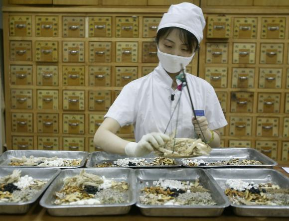 Workers-prepare-herbal-medicines-at-Traditional-Chinese-Medicine-Hospital-in-Beijing